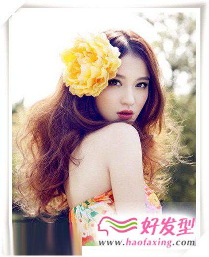 甜美卷发的时尚美女发型