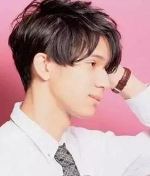 2019男生时尚烫发发型图片
