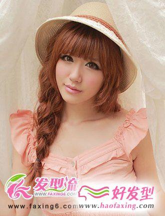 齐刘海发型+麻花辫发型