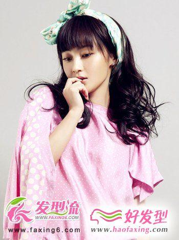 墨绿色碎花蝴蝶结丝带髻在头上添加了可爱萌系的感觉,薄薄整齐的刘海遮住了双眉