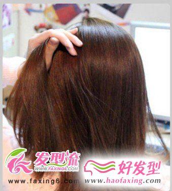 将全部头发平均分成左中右三个区,分出的左区细分三股编成麻花辫