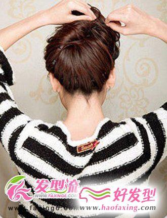 发梢微微打散打造蓬松的感觉,最终弄成一个花苞头之后用发夹固定好