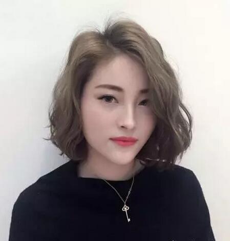 2017春天最迷人齐下巴烫发发型图片02